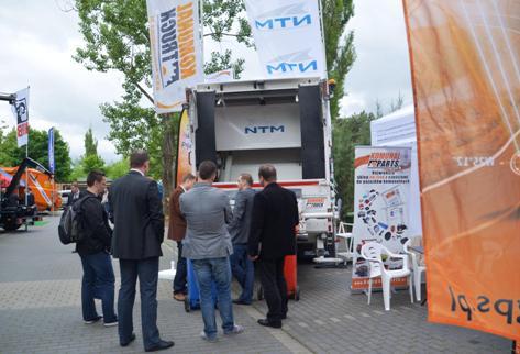 Klienci na naszym stoisku podczas Krajowego Forum Dyrektorów Oczysczania Miast w hotelu Warszawianka maj 2013 Komunal Truck